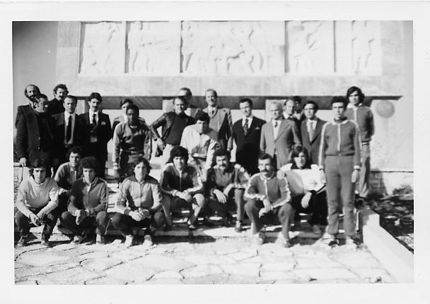 Όρθιοι από αριστερά: Τζουμάκας Λευτέρης, Λίοντος Αθανάσιος, Δούλης Ιωάννης, Ζιώγας Δημήτρης, Μπούσης ή άγνωστος, Μπαζικαμόε (αθλητής Σχολής Ικάρων), Παπαγιάννης Τάκης (Πρόεδρος Τ.Ε. ΣΕΓΑΣ Ηπείρου), Παύλου Ευάγγελος (αθλητής Πανιωνίου, πρωταθλητής), Μαρσέλλος Γεώργιος (Πρόεδρος ΣΕΓΑΣ), Άγνωστος, Μιχαηλίδης Ηλίας (ΣΕΓΑΣ), Δερέκας Πέτρος,  Παππάς Γεώργιος, 2 αθλητές. Κάτω  μεταξύ  άλλων διακρίνονται στη μέση: Οικονόμου Ιωάννης, Κοσμάς και Μακρίδης Παύλος (3ος Βαλκανιονίκης το 1972 στη Σμύρνη), αθλητές του ΑΓΣΙ