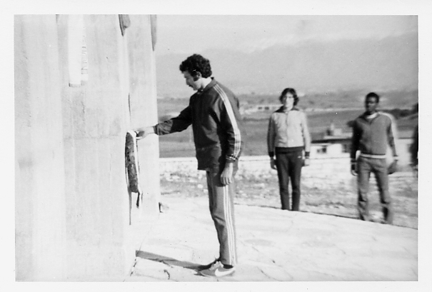 Ο πρωταθλητής στους δρόμους αντοχής, Βαλκανιονίκης της Σμύρνης το 1972, αθλητής του Αθλητικού Γμναστικού Συλλόγου Ιωαννίνων Παύλος Μακρίδης, ενώ καταθέτει στεφάνι τιμής στον Τύμβο των Μπιζανομάχων. Τον παρακολουθούν οι : Ιωάννης Οικονόμου (ΑΓΣΙ) και ο Αφρικανός Μπαζικαμόε