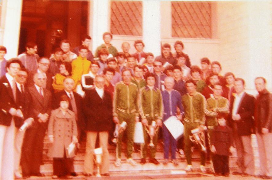 Οι νικητές του 6ου Μπιζάνιου Δρόμου σε αναμνηστική φωτό: Στο μέσο της πρώτης σειράς ο νικητής Φώτης Κούρτης (ΑΟ Πρεβέζης), δίπλα του ο παλαίμαχος Χρήστος Βαρτζάκης.